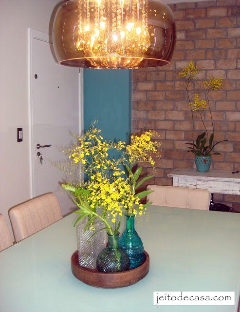 bandeja com vasos e flores