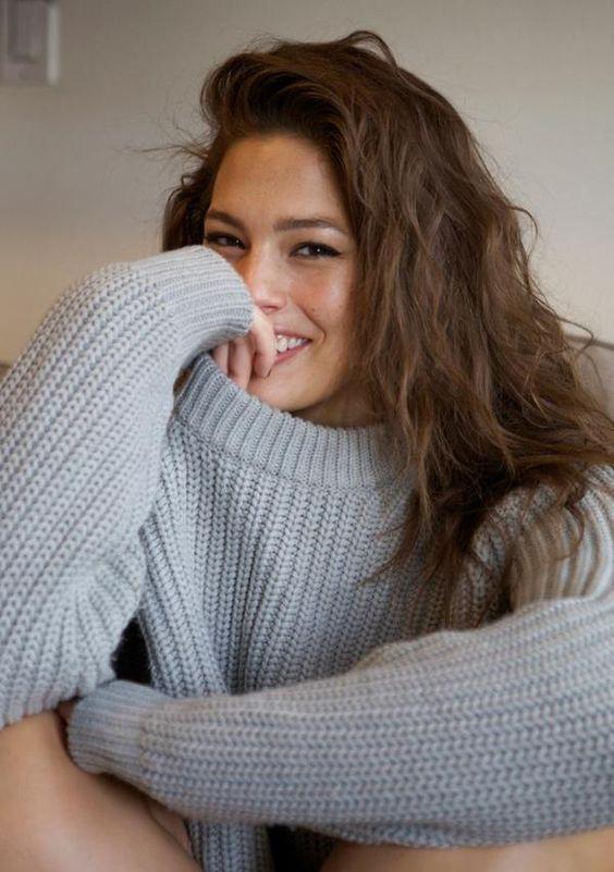 Ashley Graham portant un tricot ample