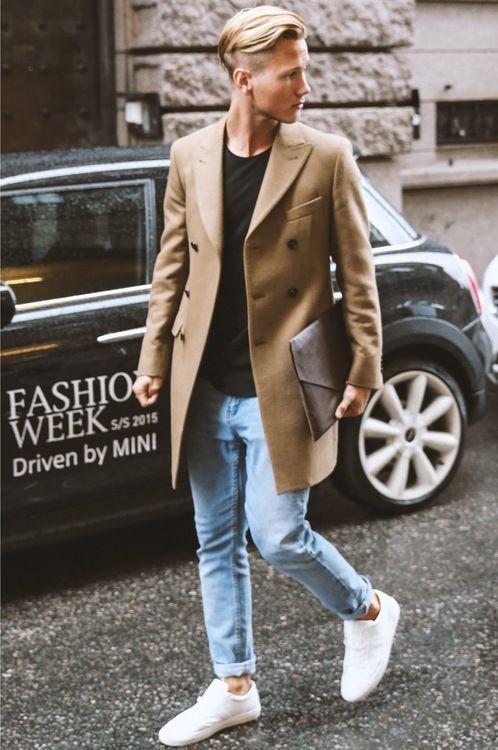 Acheter la tenue sur Lookastic:  https://lookastic.fr/mode-homme/tenues/pardessus-t-shirt-a-col-rond-jean-skinny-baskets-basses-/4005  — Pardessus brun clair  — T-shirt à col rond noir  — Jean skinny bleu clair  — Baskets basses blanc  — Pochette en cuir brune foncée