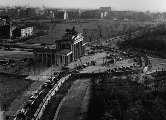 """Errichtung der Mauer der """"zweiten Generation"""" am Brandenburger Tor,November 1961"""