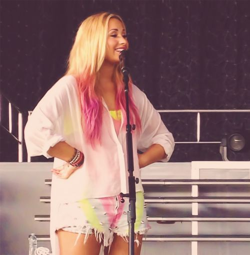 <3 demi Lovato and her pink hair! Her shorts are pretty awesome too! The whole outfit rocks! :)