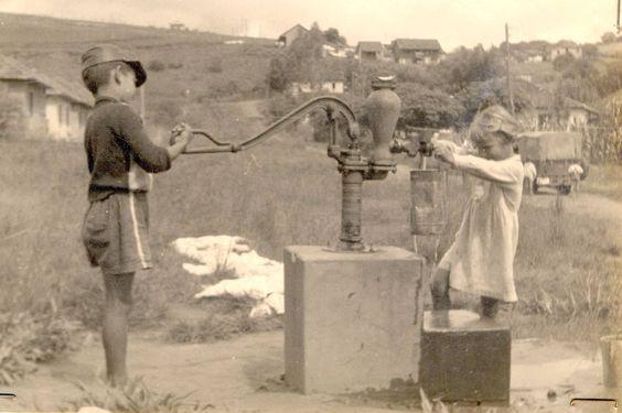 Fotos Antigas Rio Grande do Sul Curtir esta página · Terça   Novo Hamburgo - Crianças tirando água (acervo Câmara Municipal NH).