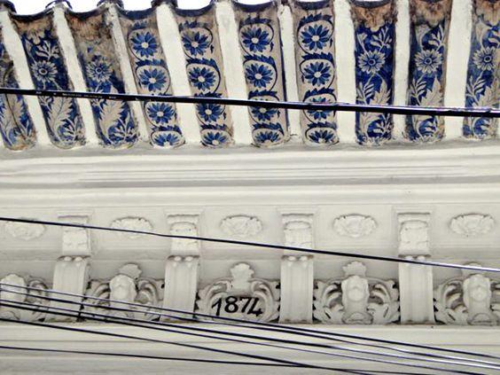 telhões de beiral portugueses e azulejos antigos - zona portuária do Rio de Janeiro