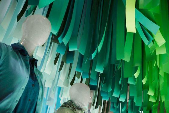 UNIQLO - windows - by Emmanuelle Moureaux, Tokyo - Para promover sua coleção de roupas de linho da Primavera de 2014, UNIQLO encomendou a Emmanuelle Moureaux a criação de uma instalação que expressasse o sentimento macio, respirável e fresco que os tecidos transmitem. #vitrine #vm #visualmerchandising #uniqlo #varejo #retail #japao #japan #toquio #tokyo #retaildesign #store #loja #storefront #windowsdisplay #shopwindow