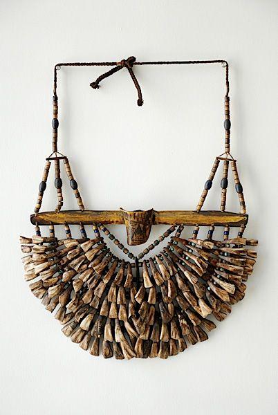 Antiguo collar de la gente Naga, del Noreste de la India, en los Himalayas)