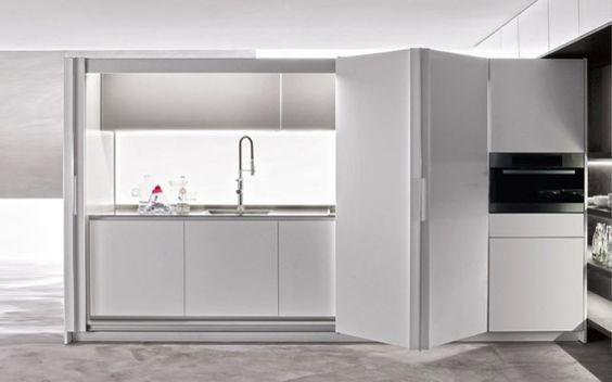 Idee e suggerimenti per arredare una cucina piccola con un angolo cottura a scomparsa.