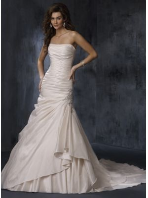 Robe de mariée star à traîne en Taffetasss avec beaucoup de plis