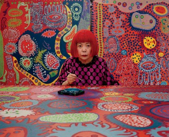 Yayoi Kusama (*1929 in Japan) ist eine der bedeutendsten japanischen Künstlerinnen der Nachkriegszeit. Sie lebte zwischen 1958 und 1972 vorwiegend in New York. Ihre bekanntesten Kunstwerke, Aktionen und Happenings entstanden in dieser Zeit. Ihr Markenzeichen sind Polka Dots, farbige Punkte, die sie auf Leinwände, Skulpturen und Menschen malt. (Wikipedia)
