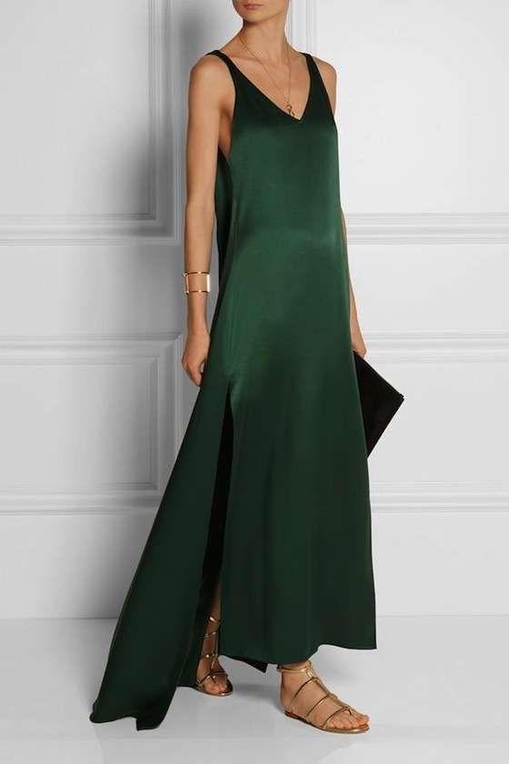 Vestito verde scuro lungo con sandaletti bassi - Sandali flat dai toni neutri abbinati ad un vestito verde scuro molto lungo.