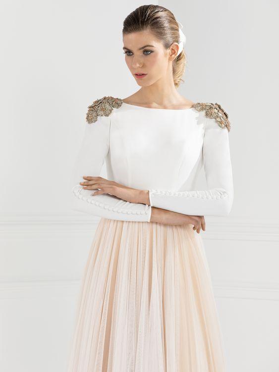 Una mujer con una vestido de novia que destaca los hombros