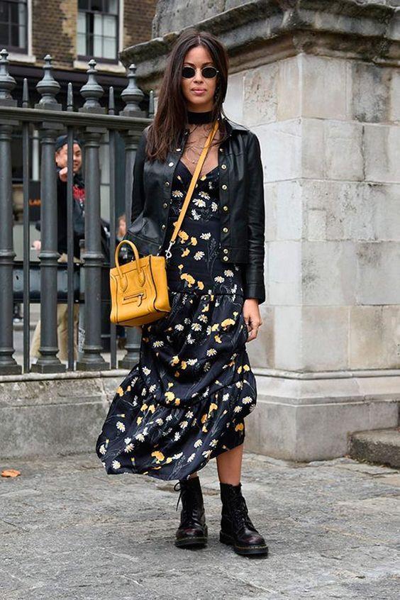 Dupla estilosa: vestido longo + coturno. Mini óculos, jaqueta de couro, vestido preto estampado, coturno preto