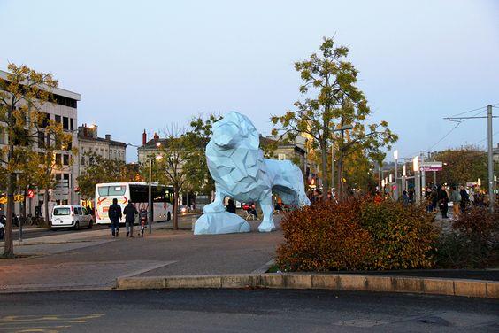 Лев на площади