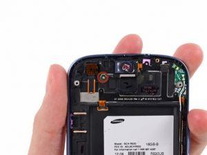 Schritt 23 - Die Nach Vorne Gerichtete Kamera -      Entfernen Sie die einzige 2.0 mm # 0 Kreutzschlitzschraube, die die nach vorne gerichtete Kamera mit der Frontplate verbindet.