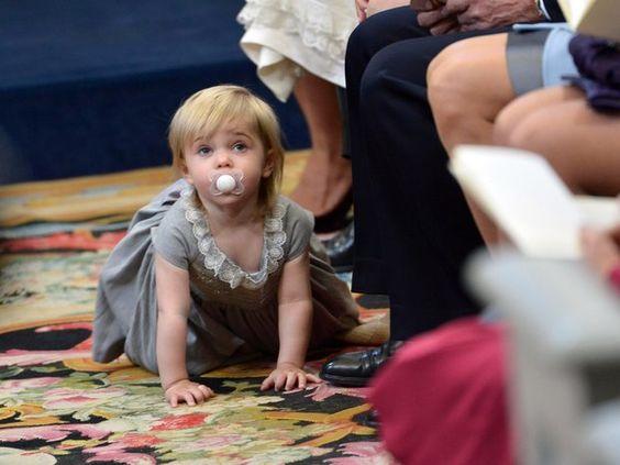 Prinz Nicolas von Schweden: Heute steht ihr Bruder im Mittelpunkt. Aber Prinzessin Leonore nimmt es gelassen und erkundet lieber die Kirche.