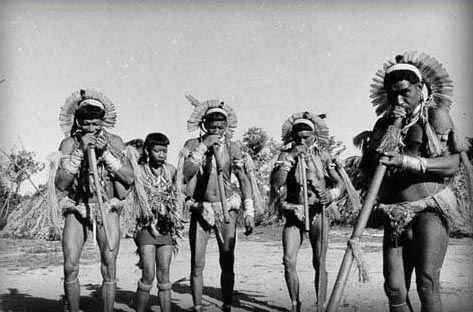 No yãkwa, ritual realizado pelos Enawenê-Nawê (MT), os habitantes da aldeia, divididos em clãs, realizam uma troca generalizada de alimentos, cantos e danças. O ritual, que dura vários meses e possui duas fases distintas, visa cumprir os ensinamentos dos