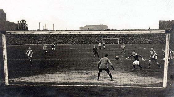 """El capitán Jimmy Speirs, anotando el gol en el replay de la final por la """"FA Cup"""" 1911 entre Bradford City F.C. Vs Newcastle United F.C. ganada por """"The Bantams"""" 1-0"""