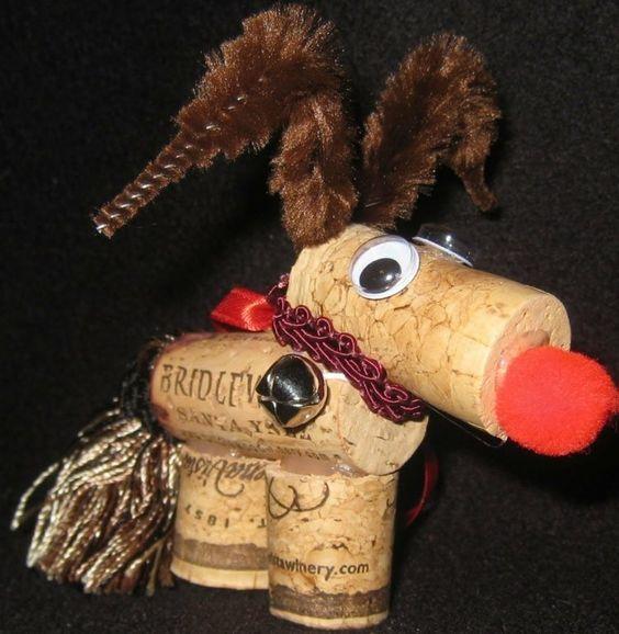 renne du père Noël original en bouchons de liège décoré d'un nez rouge en pompon et bois de renne en nettoie-pipes