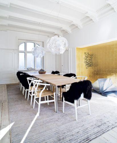 Wegner bord og y stole. hope pendel. nichen beklædt med gyldent ...