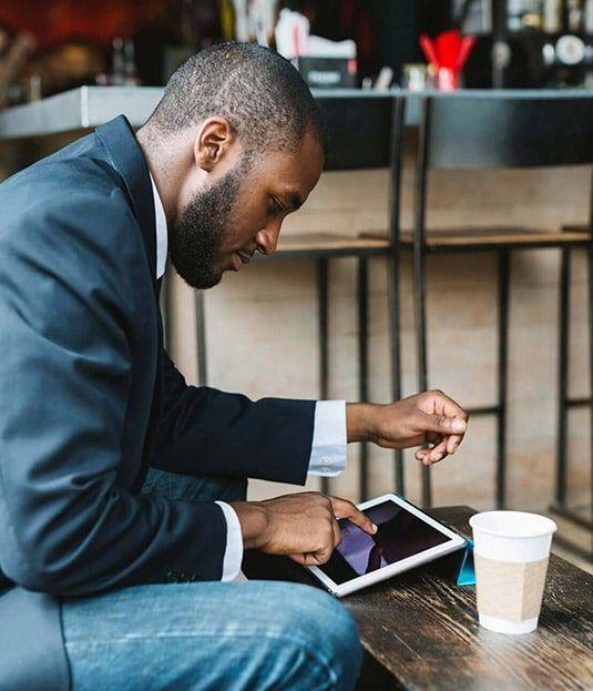 hombre afrodescendiente con una tablet