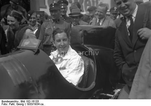 Guy Moll, der Sieger des großen Avus-Rennens 1934, ist beim Rennen um den Acerbo-Pokal am Adriatischen Meer in Italien tödlich verunglückt! Der junge Avus-Sieger Guy Moll auf der Avus in Berlin.