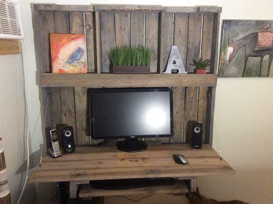 bureau d 39 ordinateur r alis avec une palette de bois bureau palette de bois pinterest bureaus. Black Bedroom Furniture Sets. Home Design Ideas