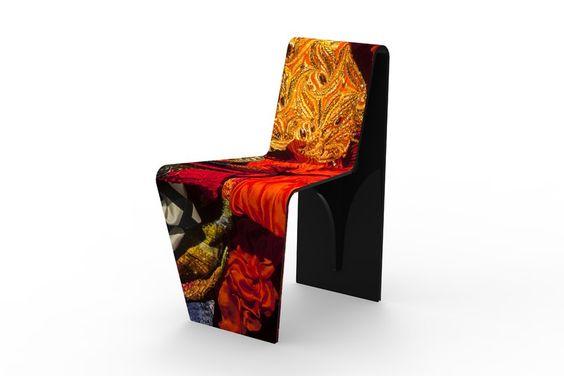 Cadeira Lino, de acrílico reciclado com impressão dos vestidos do estilista Lino Villaventura, 45 x 58 x 80 cm, na Fahrer, R$ 4470