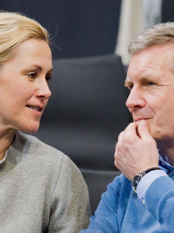 Ex-Präsident Christian Wulff und seine Frau Bettina Wulff haben sich ein Grundstück gekauft und bauen sich ein neues Heim für ihre Patchwork-Familie