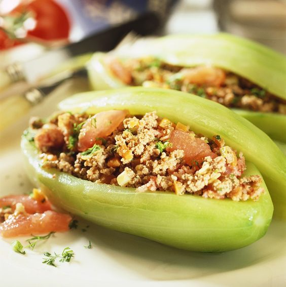 Mit Hackfleisch gefüllte Schmorgurken | http://eatsmarter.de/rezepte/mit-hackfleisch-gefuellte-gurken