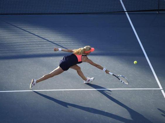 Ob die wohl im Dunkeln leuchtet? - Die Polin Agnieszka Radwanska kommt beim WTA-Turnier in Stanford nicht mehr an den Ball ihrer Gegnerin. (Foto: John G. Mabanglo/dpa)