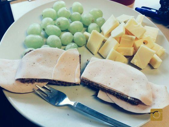 #mittagessen #arbeit #trauben #käse #volkornbrot #mortadella #gesund #praktisch #schnell #zwischendenmeetings #babybauchfüttern #selfmade #foodporn #antitütenkochen