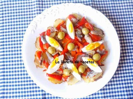 La libreta de recetas: ENSALADA DE INVIERNO - (sardinas en lata, aceitunas verdes, papas asadas, huevos duros, pimenton rojo ) -http://lalibretaderecetas.blogspot.com/2014/02/ensalada-de-invierno.html