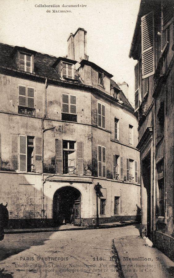 """""""Au 1, où se trouve actuellement un garage, se trouvait le logis de Fréron, médecin de Charles VI. Au 8 se trouve un intéressant hôtel du XVIIe siècle. Cet hôtel appartient au département de la Seine et est loué au curé de Notre-Dame qui doit y maintenir le siège de la maîtrise de la cathédrale. Dans la cour, intéressante statue de Saint-Marcel. Au 6, escalier en chêne sculpté contemporain de Henri IV."""