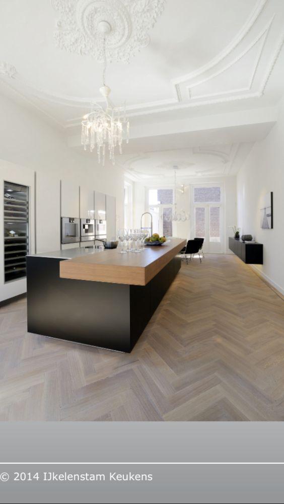 Zwarte keuken/visgraat vloer
