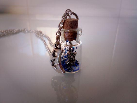 """Colgate """"El sabio de la noche"""", botellita de cristal con un búho y purpurina azul marino dentro, por fuera un charm de una luna."""