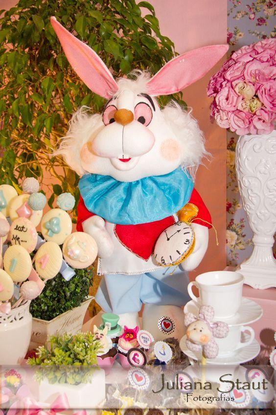 Coelho - Alice no País das Maravilhas #alicenopaisdasmaravilhas #festainfantil #festadaalice #festaalice #aliceparty #party #aliceinwonderland #rabbit #coelhodaalice