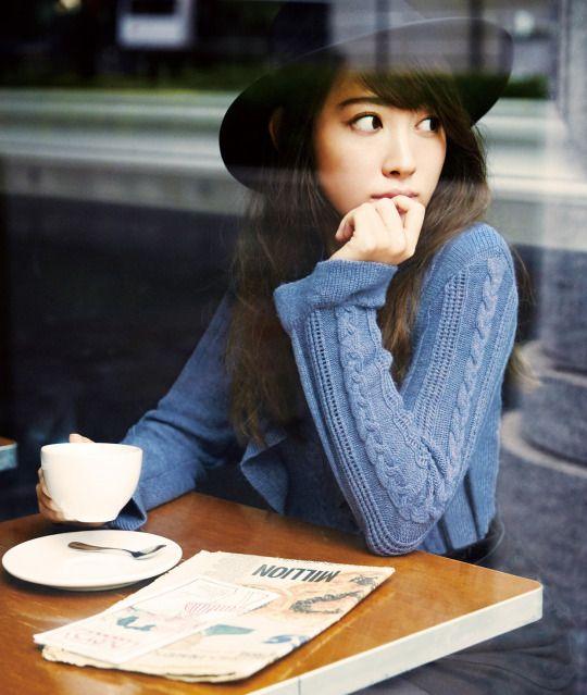 帽子を被ったカフェでのかわいい小嶋陽菜