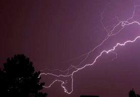 11-Jul-2014 8:23 - DODE DOOR BLIKSEMINSLAG OP NIEUWEZIJDS VOORBURGWAL. Door een blikseminslag in een boom op de Nieuwezijds Voorburgwal, vlak bij de kruising met de Paleisstraat, is afgelopen nacht iemand overleden...