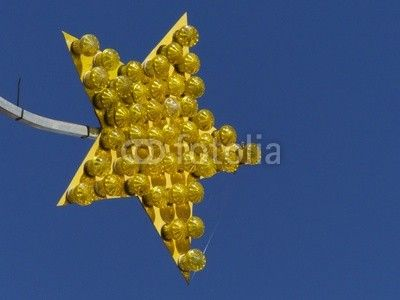Gelber Stern mit vielen gelben Lampen vor blauem Himmel in Helpup bei Oerlinghausen im Kreis Lippe