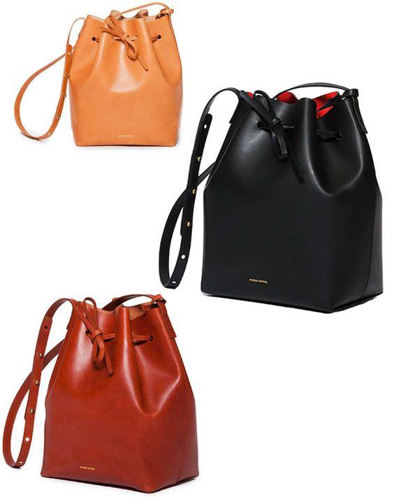 De todas as bolsas saco no mercado agora, a mais festejada é a mais simples, sem tachas, sem placas nem correntes. O modelo (que custa US$460) é assinado pela marca novaiorquina Mansur Gavriel, que investe em bolsas simples, de couro italiano com forros coloridos.