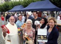 Auch ums Spendensammeln ging es am Samstag beim Essen für Arme und Reiche am Burgplatz. Pater Wolfgang Sieffert (links) hat sich dazu tatkräftige Unterstützung mit ins Boot geholt.