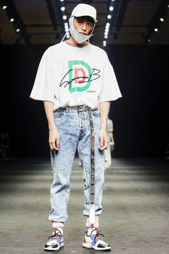 Tシャツ×ケミカルウォッシュデニム×ダッドスニーカー