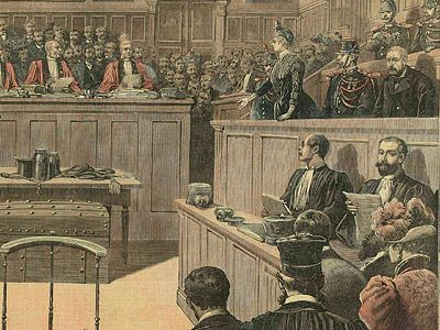 Gouffé was a bailiff who was lured into a trap with a young woman, Gabrielle Bompard, as bait. He was then strangled by her accomplice, Michel Eyraud. Here, the two accused are in the dock. Eyraud, on the right, was condemned to death and executed. Gabrielle Bompard, who is being questioned by the presiding judge of the Assize court, managed to save herself from the guillotine. Among the items of incriminating evidence, behind the box, the trunk in which they had hidden Gouffé's body. .