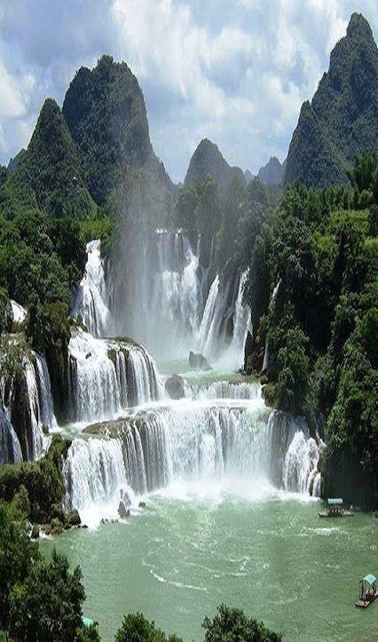 Cachoeiras Ban Gioc-Detian é um nome coletivo para 2 cachoeiras no Rio Sơn (em chinês: Rio Guichun), que atravessam a fronteira internacional entre China e Vietnam; localizadas entre as colinas do condado de Daxin, província de Guangxi, e o distrito de Trung Khánh na província Cao Bang. A cachoeira cai 30 m. É dividida em 3 quedas de rochas e árvores, e o efeito estrondoso da água batendo nas falésias pode ser ouvido de longe. É a 4ª maior cachoeira ao longo de uma fronteira internacional.:
