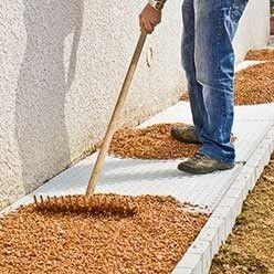 Realiser Un Chemin Gravillonne Sur Dalles Alveolees Amenagement Devant Maison Decoration Jardin Exterieur Gravier