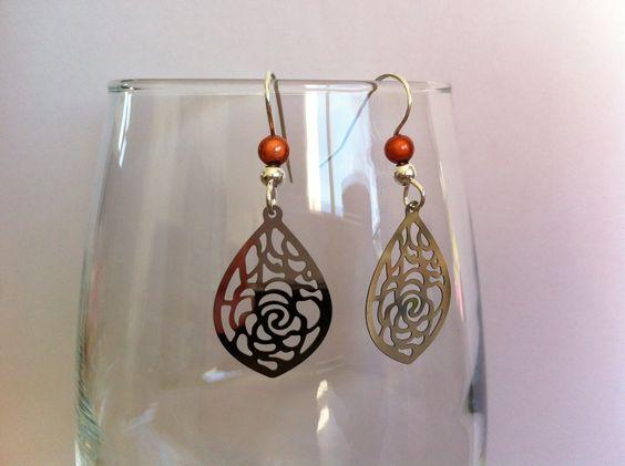 Boucles d'oreilles en acier chirurgical avec estampes gouttes ciselées et perles orange : Boucles d'oreille par nessymatriochka