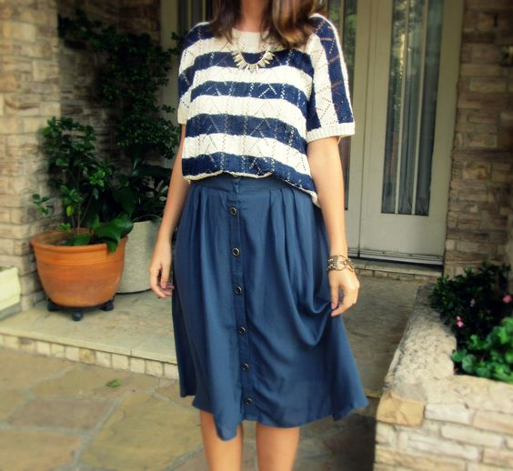 Midi buttoned skirt with a knit striped blouse - Saia midi com abotoamento frontal com uma blusa listrada de tricô