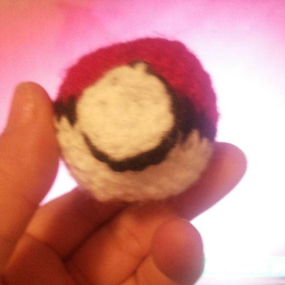 Terminada la #pokebola para mi benja #pokemon #amigurumi by carito_o.m