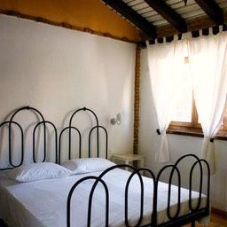 """La stanza """"Bianca e nera"""", nella sua rustica eleganza."""