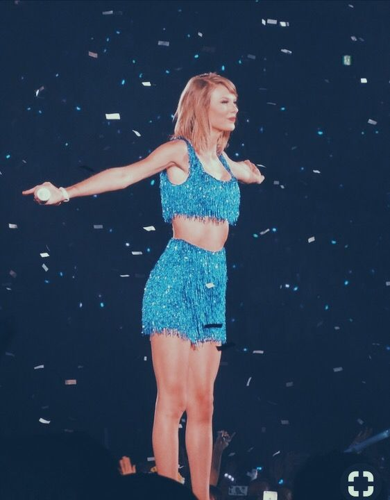 Taylor Swift Performing In A Blue Top And Matching Blue Shorts Taylor Alison Swift Taylor Swift Songs Taylor Swift