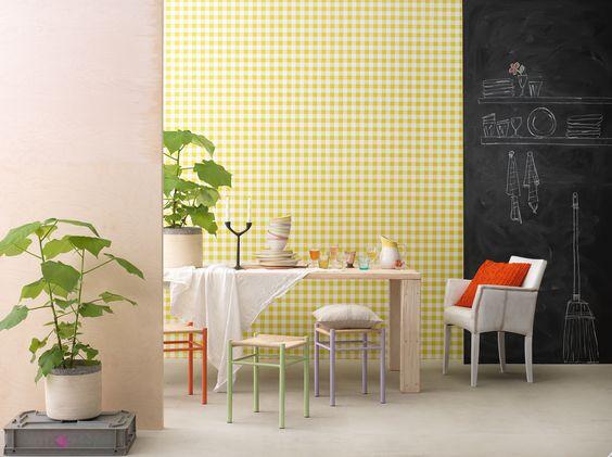 Eine Wandtafel-Wand im Esszimmer sorgt für ein witziges Stilelement und lässt zarte Farbtöne aufleben. Ausserdem vergessen Sie so wichtige Termine oder Einkaufslisten nicht!